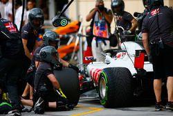 Il team Haas team effettua delle prove di pit stop con Romain Grosjean, Haas F1 Team VF-18 Ferrari