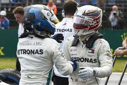 Valtteri Bottas, Mercedes AMG F1, e Lewis Hamilton, Mercedes AMG F1, si congratulano per la pria fila