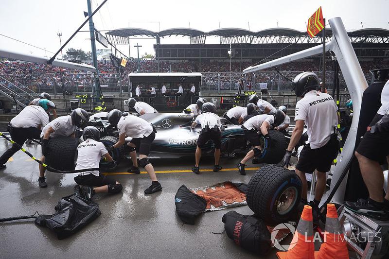 Valtteri Bottas, Mercedes AMG F1 W09, en boxes