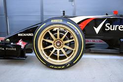 Lotus E22 con neumáticos Pirelli de 18 pulgadas