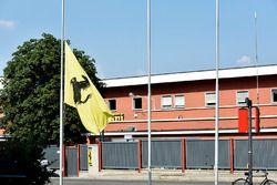 Ferrari-Werk in Maranello mit Fahne auf Halbmast