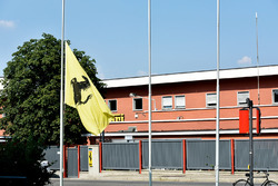 Приспущенный флаг у штаб-квартиры Ferrari