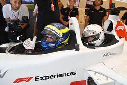 Zsolt Baumgartner, pilote de la biplace F1 Experiences et Barbara Palvin