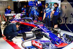 Engineers en de wagen van Brendon Hartley, Toro Rosso STR13 Honda, in de garage