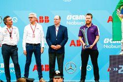 Alejandro Agag, CEO, Formula E, Ulrich Spiesshofer, Cheif Executive Officer, ABB, un meccanico del team DS Virgin Team