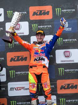 Winnaar Jeffrey Herlings, Red Bull KTM Factory Racing, met de trofee