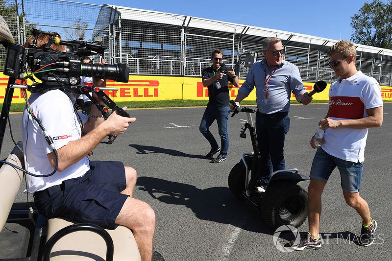 Marcus Ericsson, Alfa Romeo Sauber F1 Team, parla con Johnny Herbert, Sky TV, mentre cammina lungo il circuito