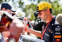 Daniel Ricciardo, Red Bull Racing, imza dağıtıyor