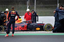 Max Verstappen, Red Bull Racing RB14 pasa por la grava