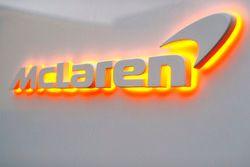 McLaren-logo met oranje verlichting