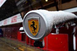 Logo Ferrari mentre la neve sul circuito ferma la terza giornata di test