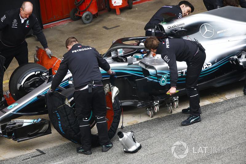 Valtteri Bottas, Mercedes AMG F1 W09, pit stop action