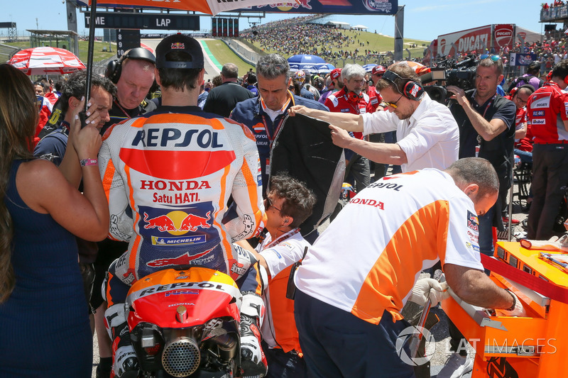 Mechanics make changes to Dani Pedrosa, Repsol Honda Team bike on grid