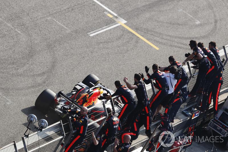 El ganador de la carrera Daniel Ricciardo, Red Bull Racing RB14 Tag Heuer, recibe el aplauso de su equipo al finalizar