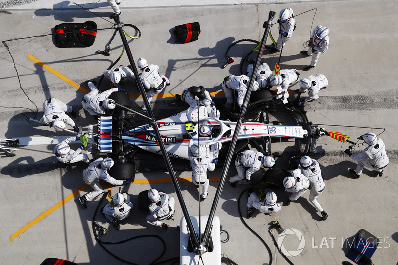 Sergey Sirotkin, Williams FW41 Mercedes, en un pit stop