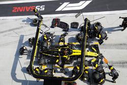 Carlos Sainz Jr., Renault Sport F1 Team R.S. 18, dans les stands