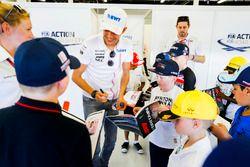 Esteban Ocon, Force India, signe des autographes pour des enfants