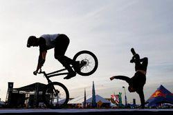 Exhibición de bicicletas en el podio