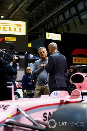 Gil de Ferran parle à Stuart Codling sur le stand F1 Racing