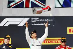 Le vainqueur Lewis Hamilton, Mercedes AMG F1, le deuxième, Max Verstappen, Red Bull Racing, le troisième, Kimi Raikkonen, Ferrari, sur le podium