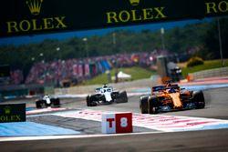 Fernando Alonso, McLaren MCL33, devant Lance Stroll, Williams FW41