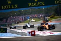 Fernando Alonso, McLaren MCL33, leads Lance Stroll, Williams FW41