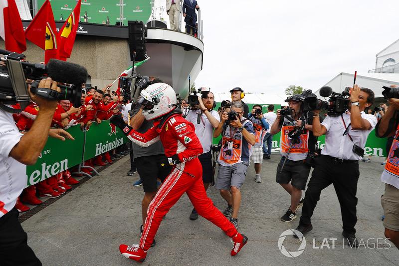 Le vainqueur Sebastian Vettel, Ferrari, fête sa victoire dans le Parc Fermé