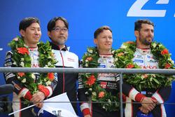 Podio general: segundo lugar Mike Conway, Kamui Kobayashi, Jose Maria Lopez, Toyota Gazoo Racing