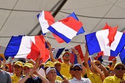 Des fans et des drapeaux