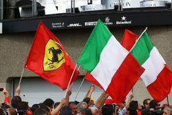 Bandiere italiane e Ferrari sotto al podio
