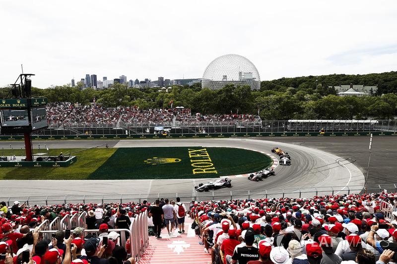 Sergey Sirotkin, Williams FW41, leads Romain Grosjean, Haas F1 Team VF-18, and Marcus Ericsson, Saub