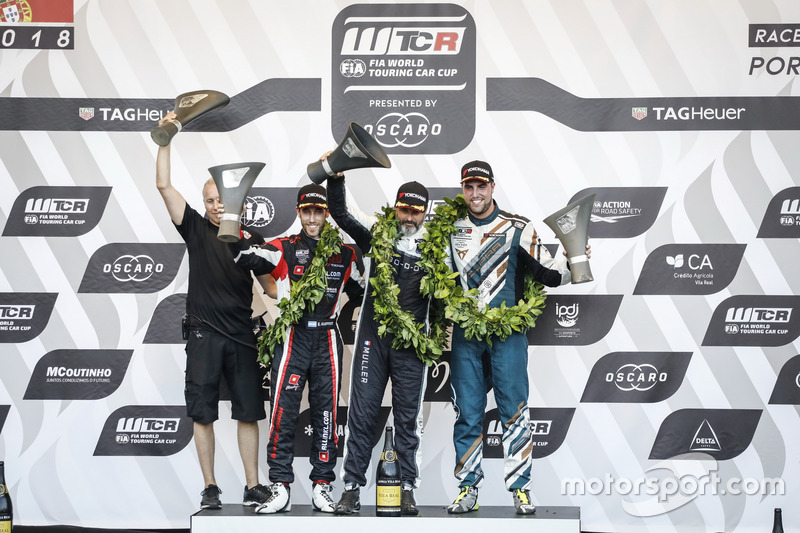 Podium: Race winner Yvan Muller, YMR Hyundai i30 N TCR, second place Yann Ehrlacher, ALL-INKL.COM Münnich Motorsport Honda Civic Type R TCR, third place Pepe Oriola, Team Oscaro by Campos Racing Cupra TCR