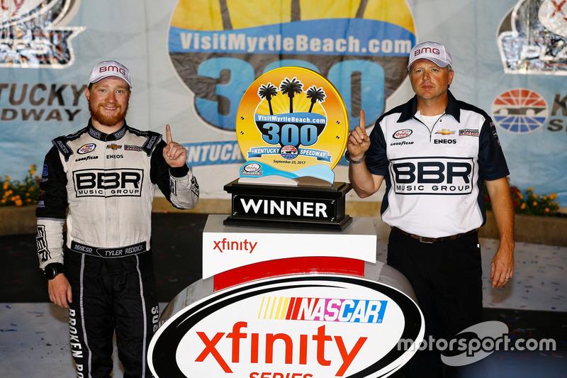 Il vincitore della gara Tyler Reddick, Chip Ganassi Racing con Mike Shiplett, crew chief