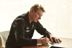 Mika Hakkinen firma autógrafos