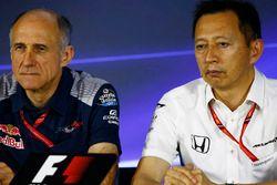 Franz Tost, director Scuderia Toro Rosso, Yusuke Hasegawa, Gerente Senior Honda, en la conferencia d
