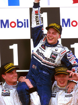 Mika Hakkinen and David Coulthard, McLaren hold Jacques Villeneuve, Williams