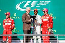 Former US President Bill Clinton presents Race winner Lewis Hamilton, Mercedes AMG F1 alongside Seco