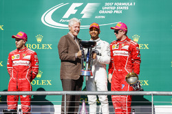 Former US President Bill Clinton presents Race winner Lewis Hamilton, Mercedes AMG F1 alongside Seco