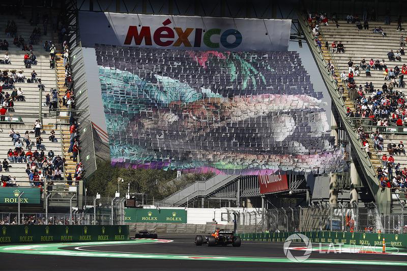 Fernando Alonso, McLaren MCL32, segue una Ferrari attraverso la sezione dello stadio