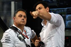 Ron Meadows, Mercedes AMG F1 Team Manager e Toto Wolff, Direttore del Motorsport Mercedes AMG F1