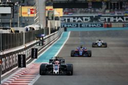 Kevin Magnussen, Haas F1 Team VF-17, leads Brendon Hartley, Toro Rosso STR12