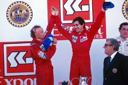 Podium : le vainqueur Alain Prost, le deuxième Niki Lauda, le troisième Ayrton Senna