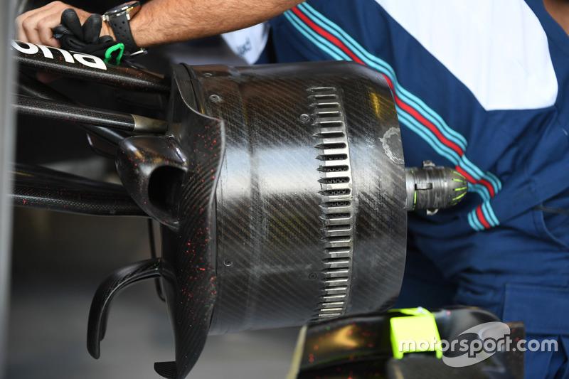 Williams FW40 front wheel hub