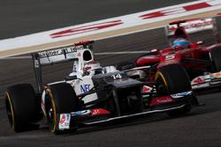 Kamui Kobayashi, Sauber C31, devant Fernando Alonso, Ferrari F2012