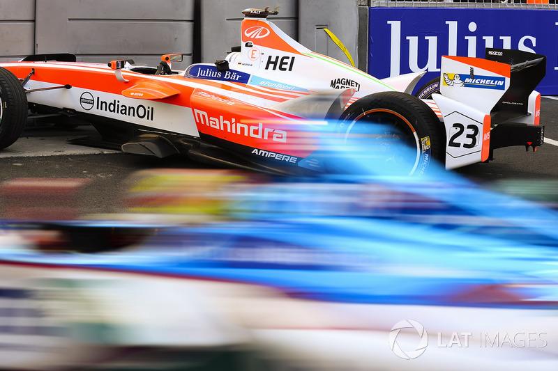 Robin Frijns, Amlin Andretti Formula E Team, pasa el coche dañado de Nick Heidfeld, Mahindra Racing