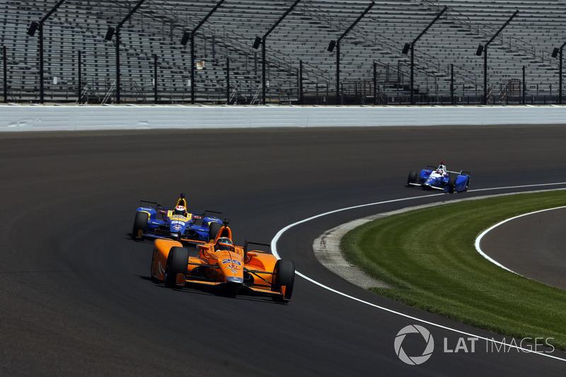 E não era só velocidade: os treinos também serviram para que Alonso, com auxílio de seus companheiros de equipe, se ambientasse a andar no tráfego em um oval.