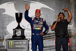 Il vincitore della gara Kyle Busch, Joe Gibbs Racing Toyota