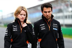 Sergio Pérez, Sahara Force India F1, Bernadette Collins, Sahara Force India F1 Team Performance y ingeniero de estrategia caminan por el circuito