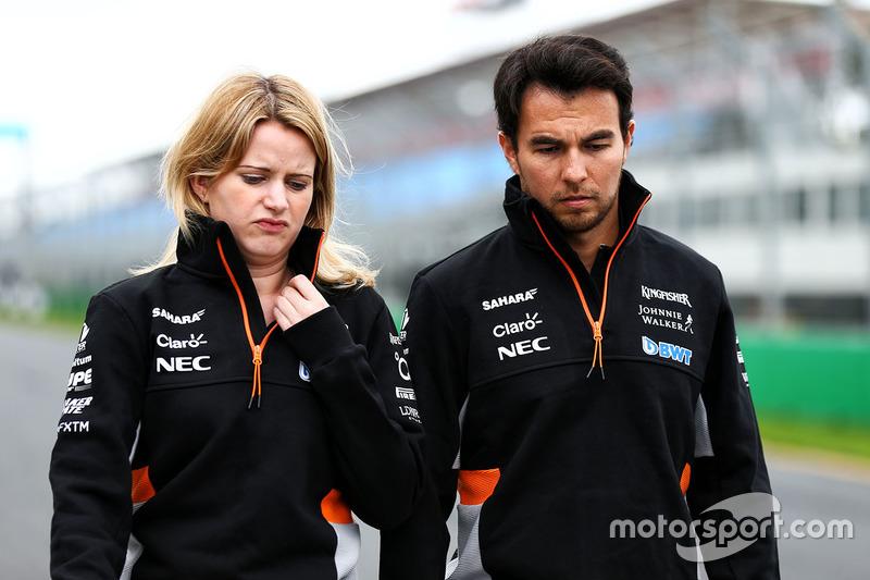 """Sergio Pérez caminha com Bernardette """"Bernie"""" Collins, engenheira de rendimento e estratégia da Force India (atual Racing Point)"""