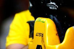 Logo de la FIA la seguridad vial en el ala de la Renault Sport F1 Team RS17